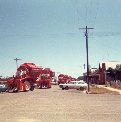 Cotton Pickers in Warrenmain streeet 1967